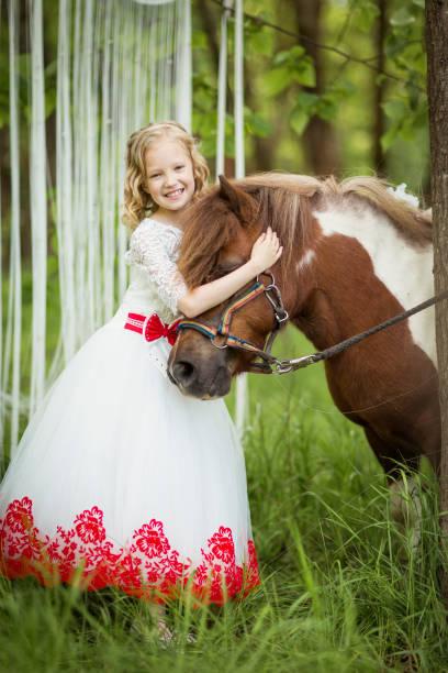 lächelnde cinderella streicheln pony - abschiedswünsche stock-fotos und bilder