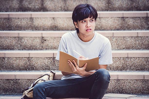 Lächelnd college-Studenten sitzen auf der Treppe – Foto