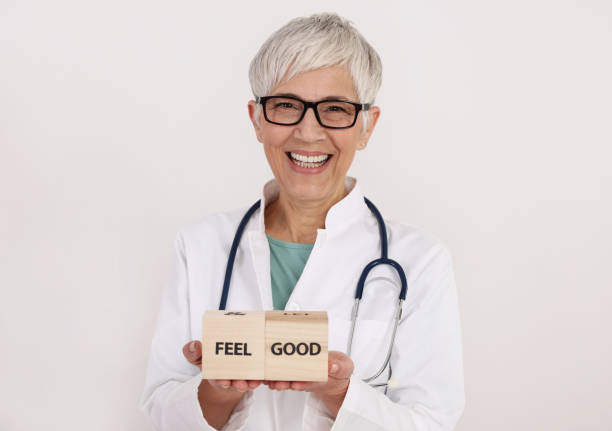 lächelnd selbstbewusste frau doctor portrait. professionelle medizinische hilfe, frauengesundheit, prävention, gynäkologie konzept - arzt zitate stock-fotos und bilder