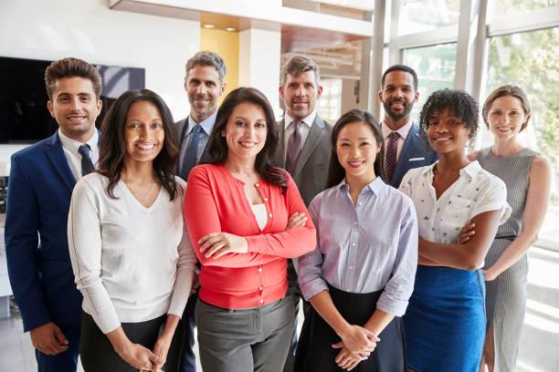 lächelnde corporate business-team, gruppenbild - geschäftskleidung stock-fotos und bilder