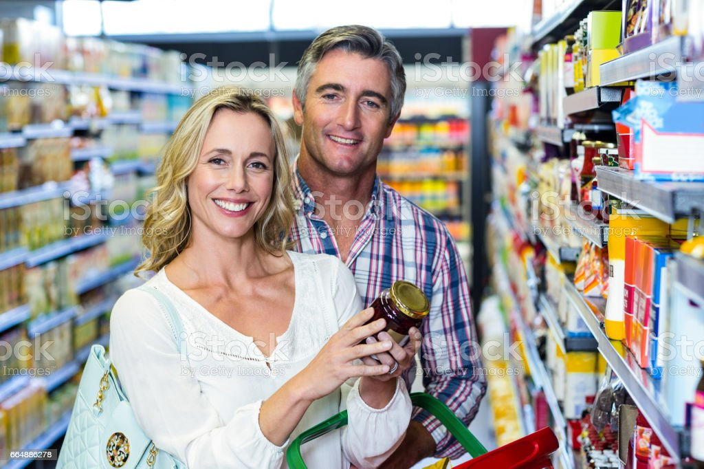 Smiling couple holding food foto stock royalty-free