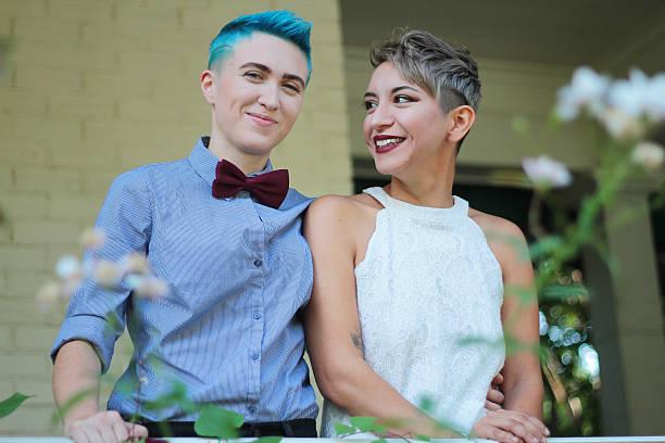 smiling couple - lesbische stockfoto's en -beelden