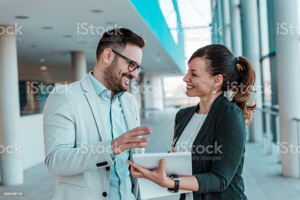 Lächelnde Mitarbeiter arbeiten gemeinsam an neuen Business-Projekt. – Foto