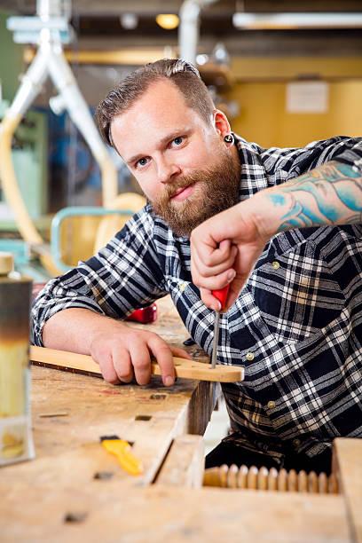 lächelnd handwerker dateien hölzernen gitarre ausschnitt in workshops - baroque tattoo stock-fotos und bilder