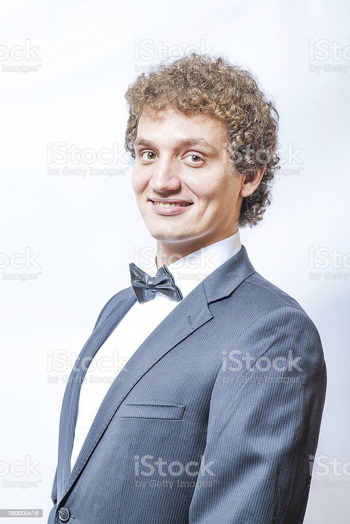 미소 꼬불꼬불한 man in 검은색과 나비매듭 침목 royalty-free 스톡 사진
