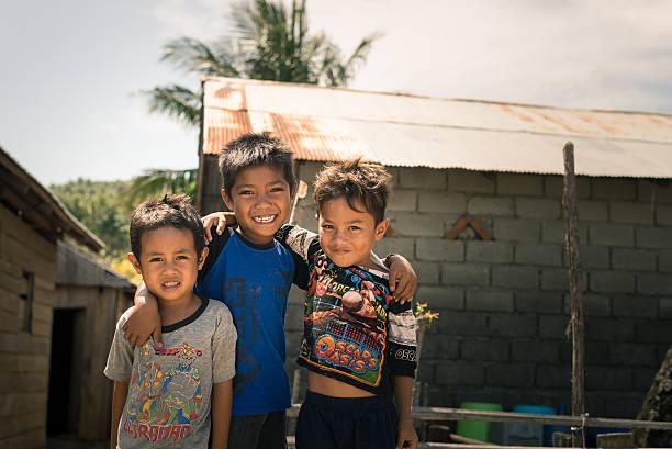sorrindo linda jovem rapazes em favela, indonésia - indonésia - fotografias e filmes do acervo