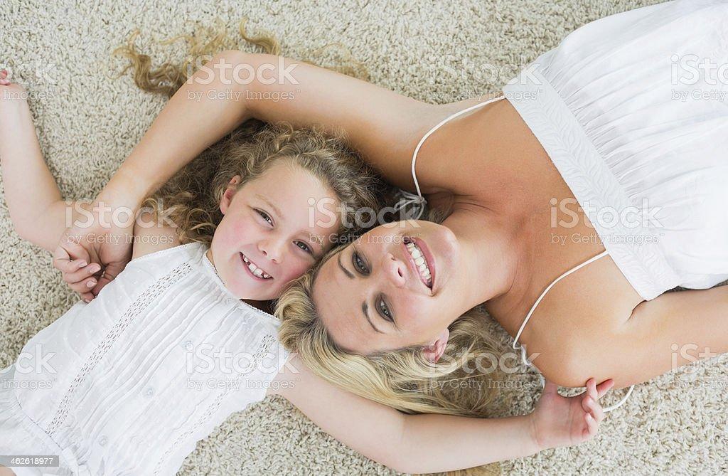 Lächelnd Tochter und Mutter - Lizenzfrei Alleinerzieherin Stock-Foto