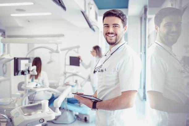 미소 치과 돋보기 안경와 치과에서 디지털 태블릿 - dentist 뉴스 사진 이미지
