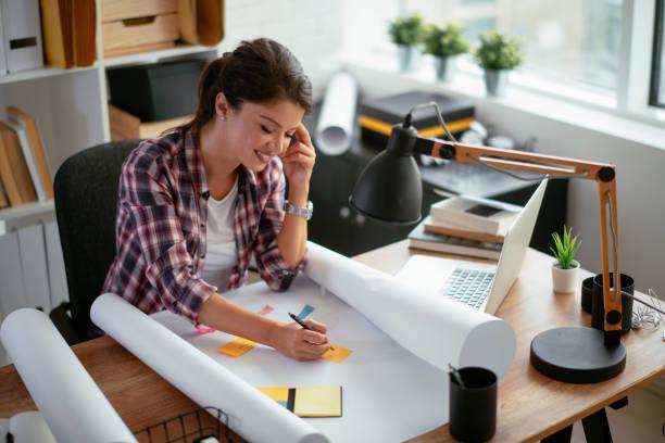 Lächelnde Designerin in ihrem Studio. Stockfoto – Foto