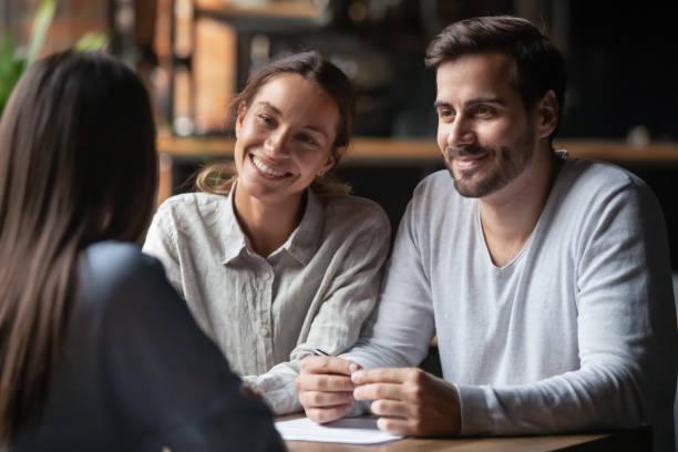 leende olika hr-chefer lyssnar kvinnliga jobb kandidatur - new job bildbanksfoton och bilder