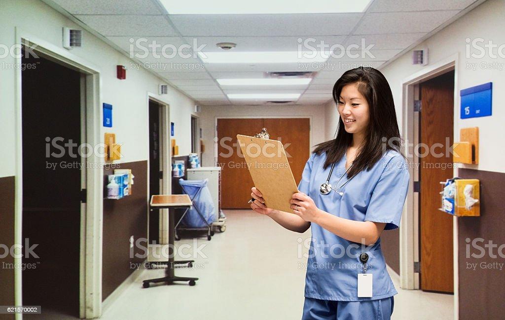 Souriant médecin travaillant à l'hôpital  photo libre de droits