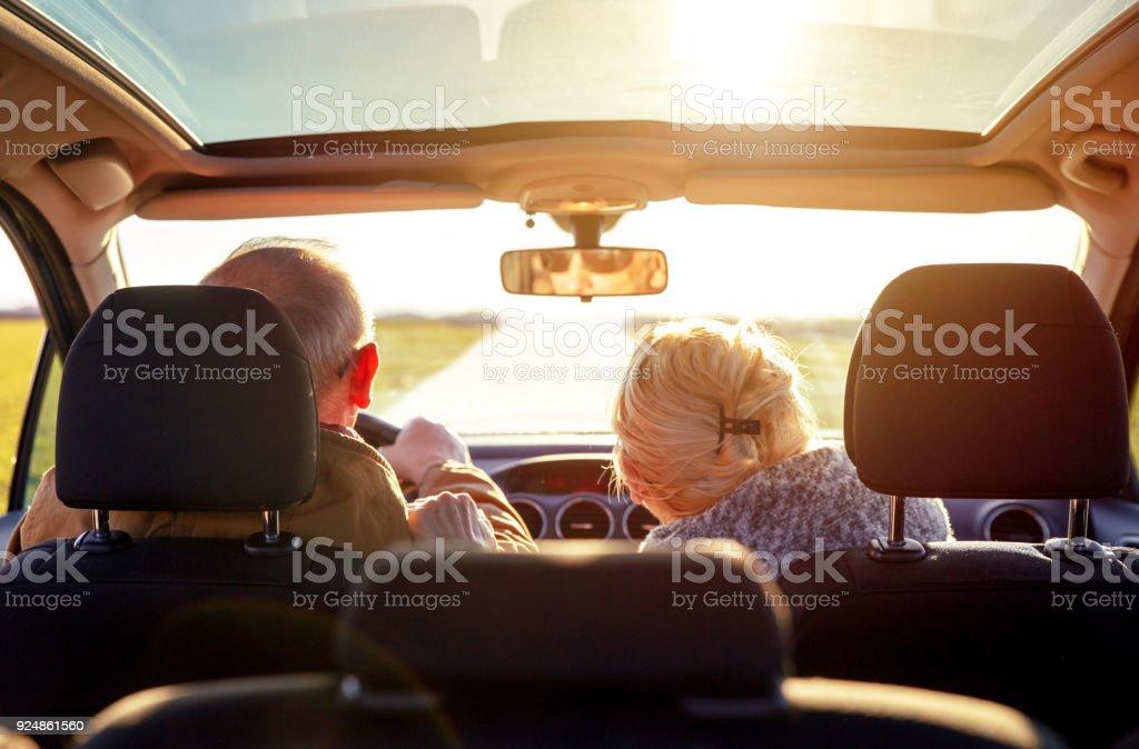 Älteres Ehepaar Auto lächelnd. – Foto