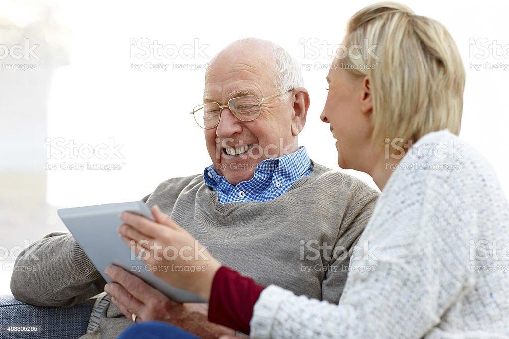 Lächelnd ältere Mann und seine Tochter mit digitalen tablet – Foto