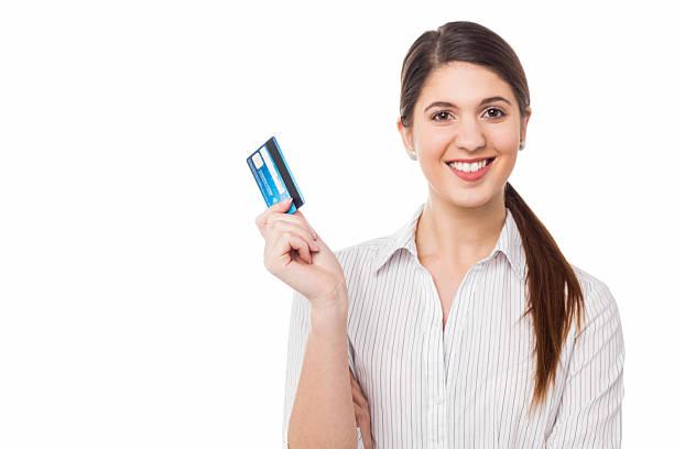 Lächelnd elegante Frau hält Kreditkarte – Foto