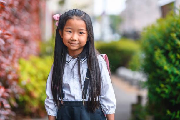 Lächelnde Grundschulalter Mädchen in japanischen Schuluniform – Foto