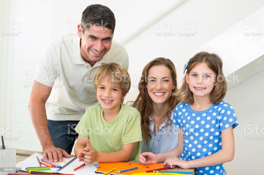 Familia Sonriente Para Colorear En Casa Foto De Stock Y Más Banco De