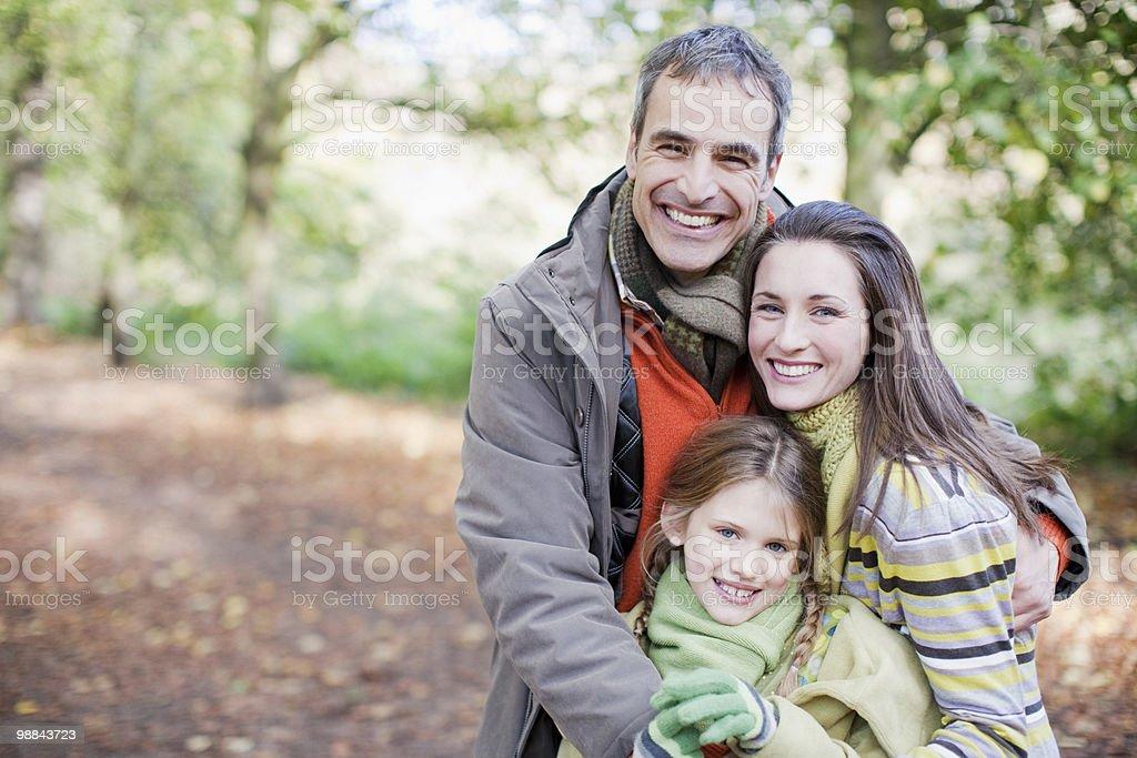 Sonriendo familia, que abrazan al aire libre foto de stock libre de derechos