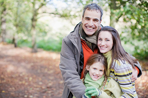 famiglia sorridente abbracciare all'aperto - couple portrait caucasian foto e immagini stock