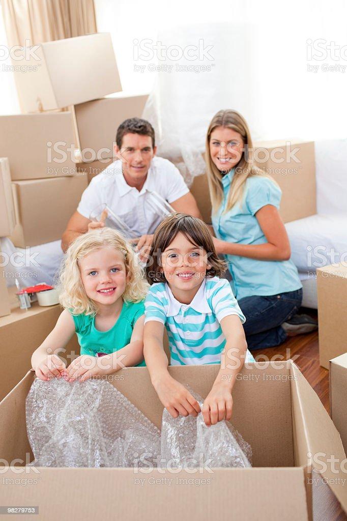 Famiglia sorridente scatole da imballaggio foto stock royalty-free