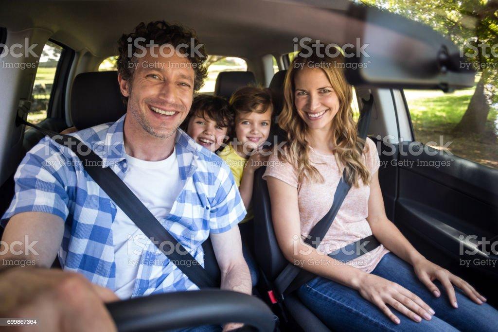 Lächelnd Familie sitzen im Auto – Foto