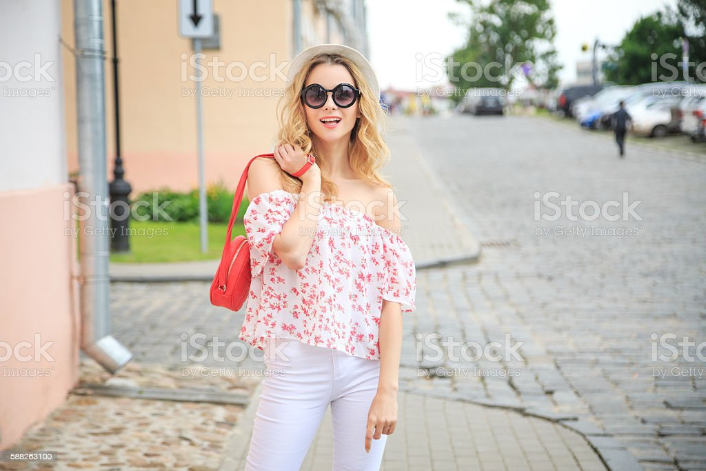Smiling Fashion Woman in the City Street - foto de acervo