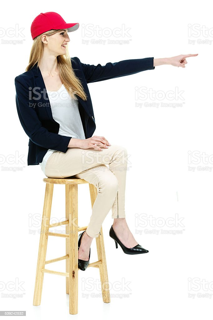 Sonriendo moda de mujer apuntando hacia afuera foto de stock libre de derechos