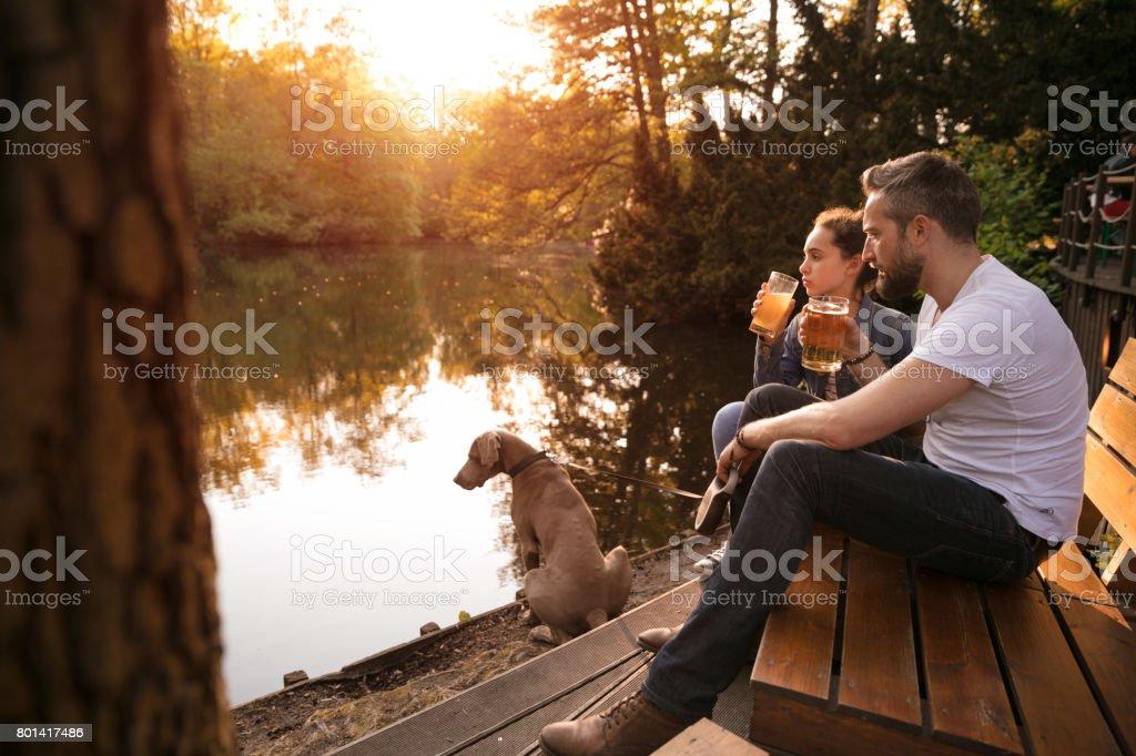 Lächelnd, Vater und Tochter Getränk – Foto