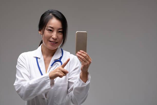 笑顔の女性アジアの医師や看護師 - real bodies ストックフォトと画像