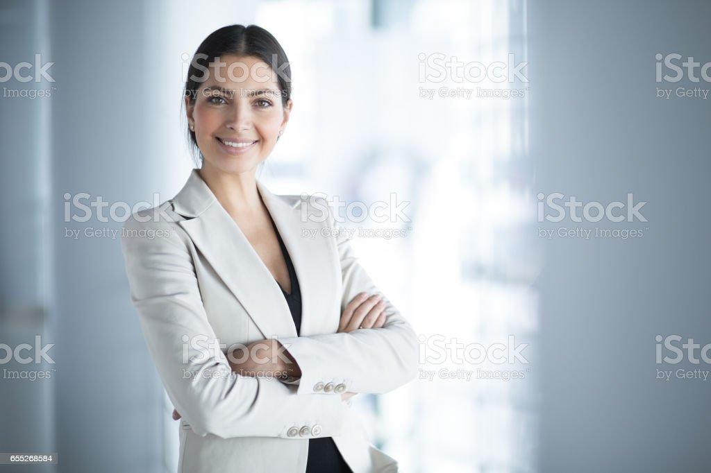 腕を組んで女性ビジネス リーダーの笑顔 ストックフォト