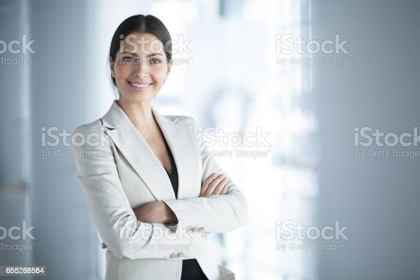 Glimlachend Vrouwelijke Business Leider Met Gekruiste Armen Stockfoto en meer beelden van Alleen volwassenen