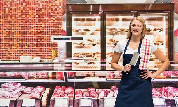 Sourire de femme debout dans la boutique Boucher - Photo