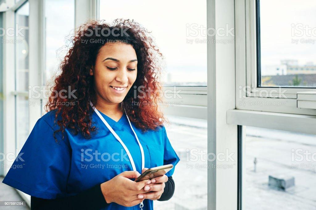 Lächelnde Ärztin mit Handy – Foto