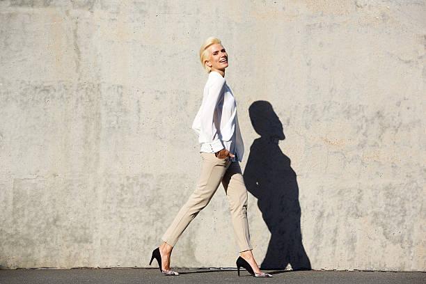 sonriente mujer de moda modelo a - moda de negocios informal fotografías e imágenes de stock