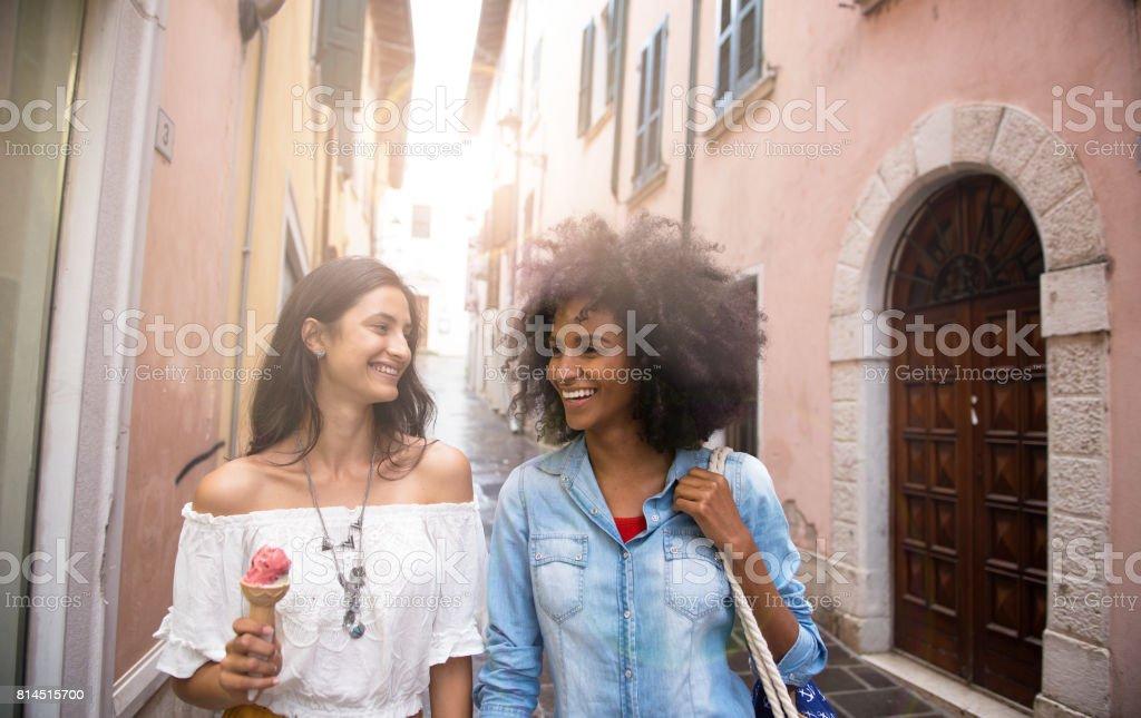 Amis femmes souriants à voyager - Photo