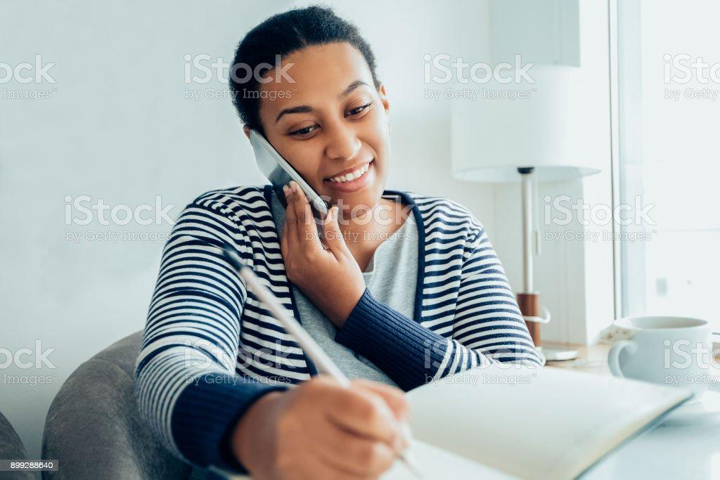 Lächelnde weibliche Manager im Gespräch mit Kunden auf phone_tone – Foto