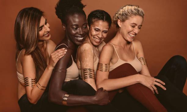 lächelnde weibliche modelle mit verschiedenen skins - indische gesichtsfarben stock-fotos und bilder