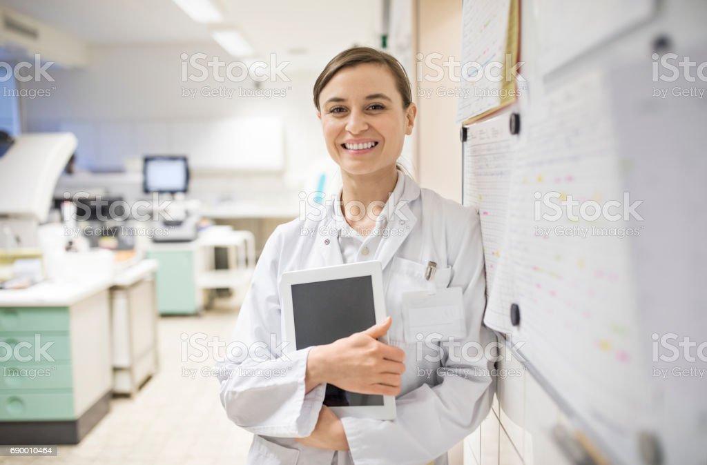 Sorrindo cientista fêmea segurando o tablet digital - foto de acervo