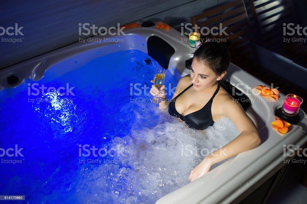 Vasche Da Bagno Nella Jacuzzi : Donna sorridente con un vino nella vasca idromassaggio jacuzzi