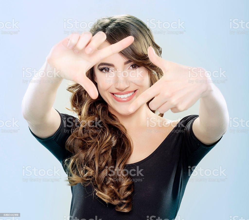 Sonriendo hacer un marco con los dedos foto de stock libre de derechos