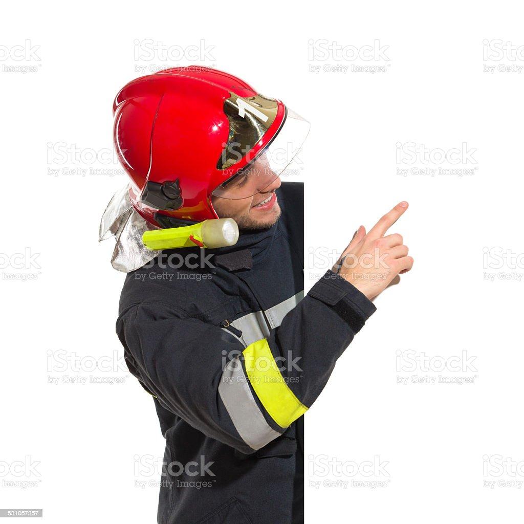 Firemansorridente Nel Casco Rosso Che Indica Il Banner Vuoto ... 47b83437eb2c