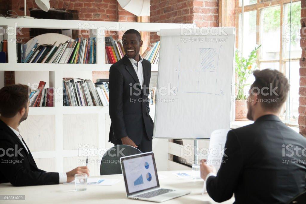 Lächelt freundlich afrikanischen Trainer Vortrag den Unternehmern im Büro – Foto