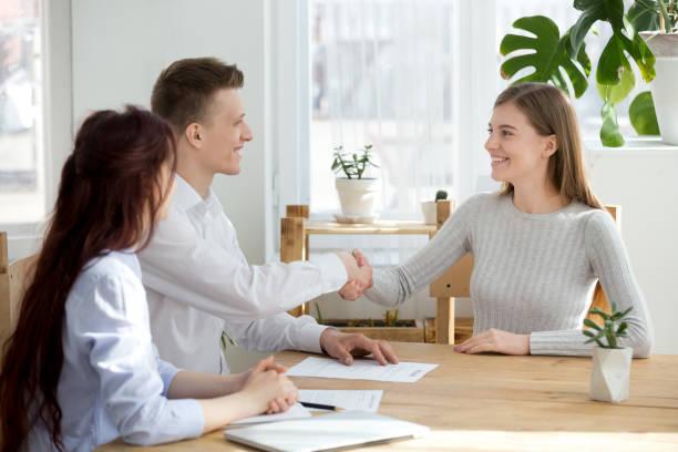 leende vänliga hr manager handskakning sökanden välkomnande på anställningsintervju - new job bildbanksfoton och bilder