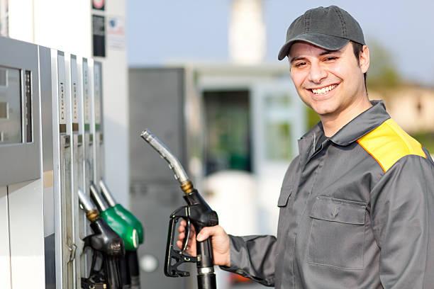 Lächelnd Tankstelle Arbeiter – Foto