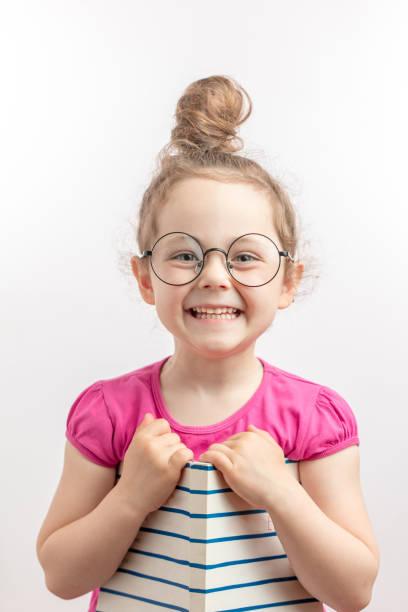 lächeln ingwer mädchen macht spaß mit einem buch - humor bücher stock-fotos und bilder