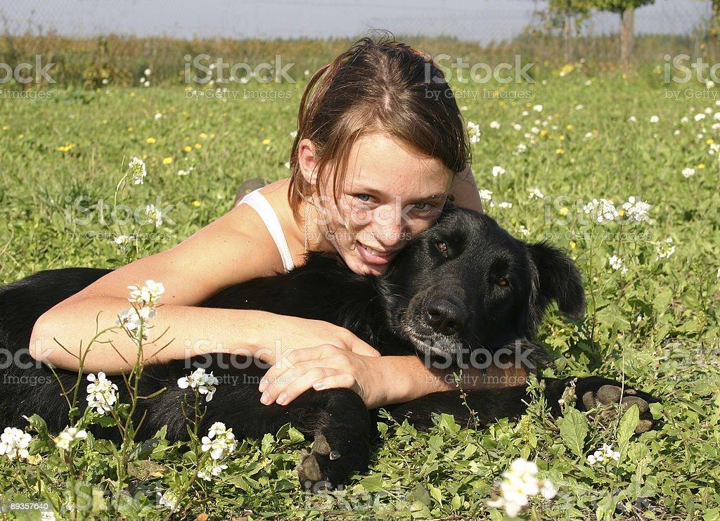Uśmiechnięta Dziewczyna i pies czarny zbiór zdjęć royalty-free