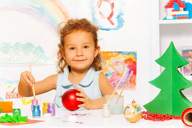 lächelnd mädchen farben silvester-ball für xmas tree - weihnachtsbilder zum ausmalen stock-fotos und bilder
