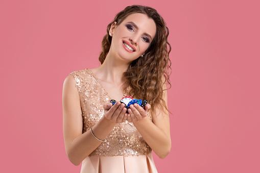 Lachende Meisje Houdt Een Gokken Chips In Haar Nands Op Roze Achtergrond Stockfoto en meer beelden van Alleen volwassenen