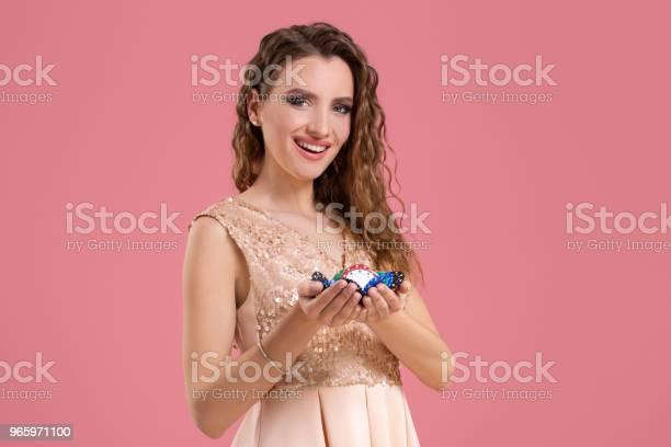 Lächelndes Mädchen Hält Ein Glücksspiel Chips In Ihrem Nands Auf Rosa Hintergrund Stockfoto und mehr Bilder von Erfolg