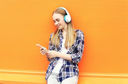 Lächelnd Mädchen Hört Musik Im Kopfhörer Und Er Ein Smartphone Benutzt Stockfoto und mehr Bilder von Computer