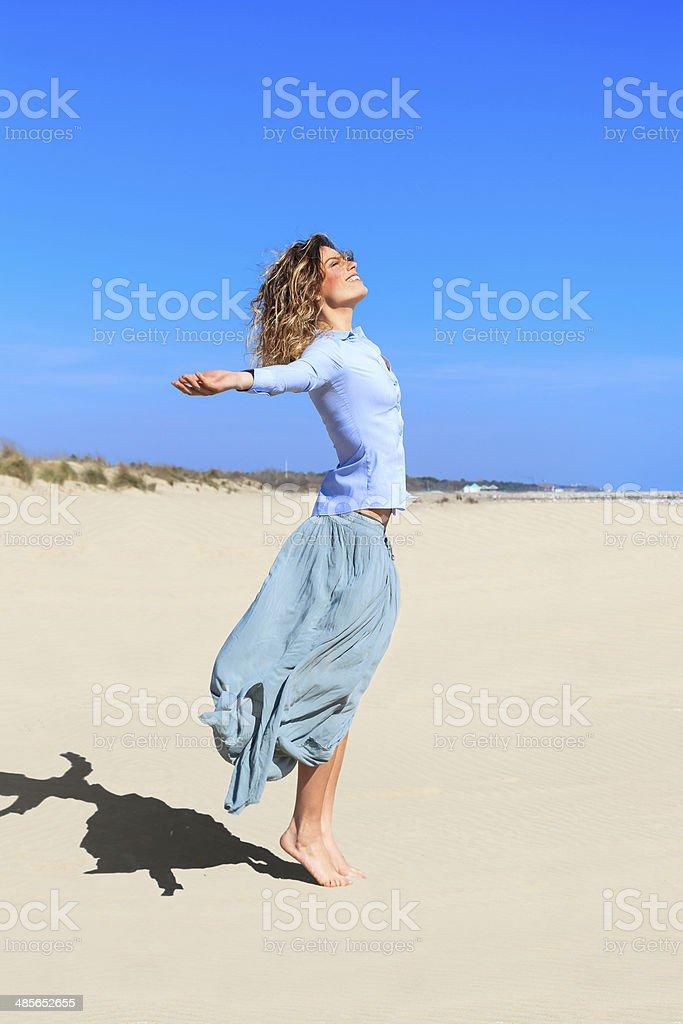 Lächelnd Mädchen ist springen in der Luft am Strand – Foto